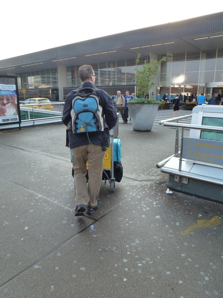 Aangekomen op Schiphol, op weg naar de incheckbalie.