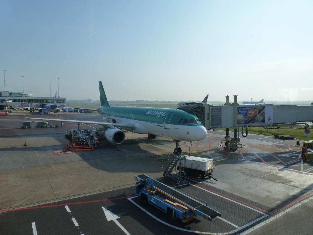 Het vliegtuig staat klaar bij de gate.