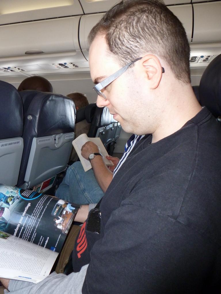 Ronald in het vliegtuig.