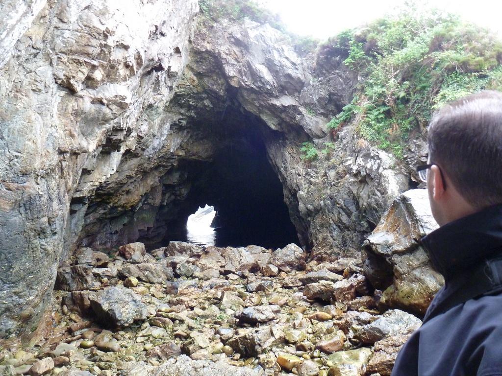 Coosmore sea cave system, linker cave vanaf de voorkant.