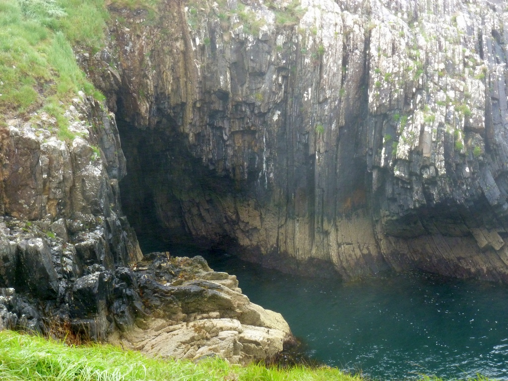 Coosmore sea cave system vanaf de achterkant.