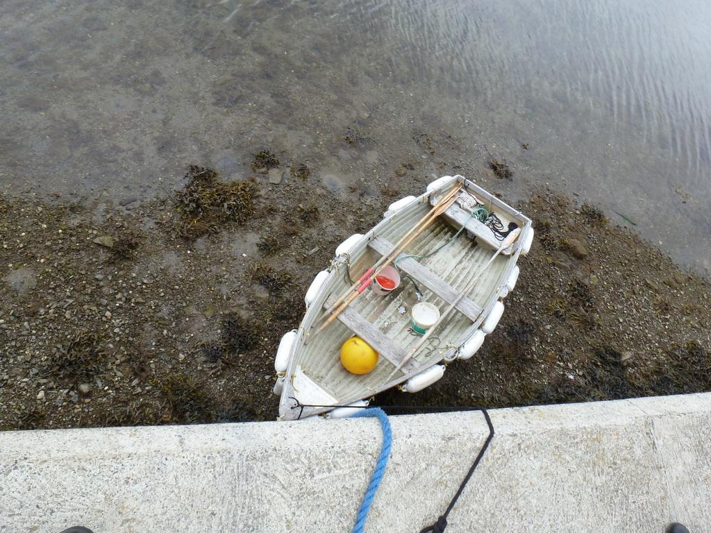 Een bootje op het droge door het lage water.