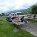 Het bootje hangt achter de auto.