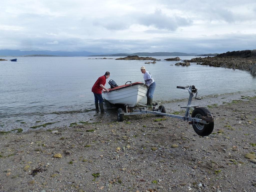 Het bootje het water in duwen.