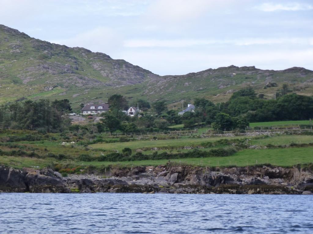 Het huis vanuit de baai gezien.