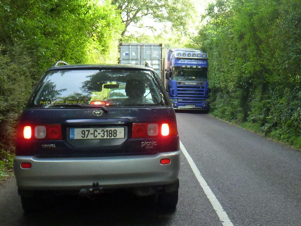 Passerende vrachtwagens.