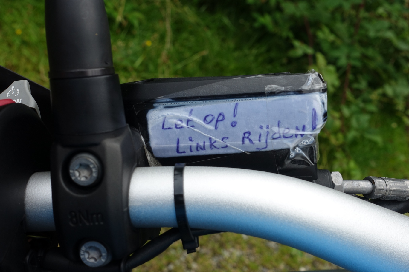 Sticker op de motor van het Nederlandse koppel: Links Rijden!